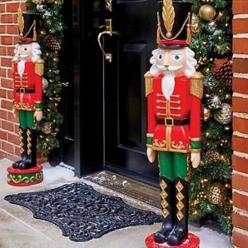 Christmas, Christmas porch decor, DIY holiday decor, Christmas decor, popular pin, DIY Christmas, Christmas decor hacks, outdoor holiday decorations.