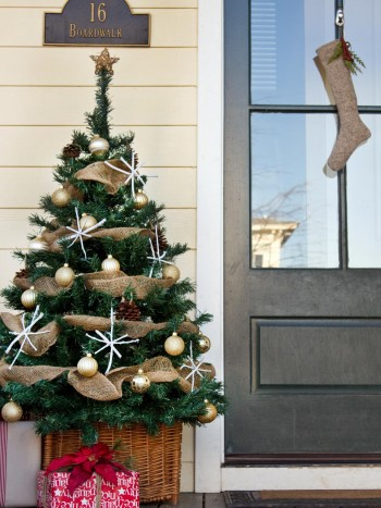 18-easy-ways-to-decorate-your-porch-for-christmas15