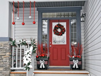 18-easy-ways-to-decorate-your-porch-for-christmas16