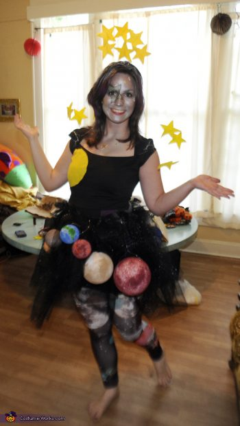 12 Super Easy DIY Halloween Costumes (for Women!) - DIY Halloween, Homemade Halloween Costumes, DIY Halloween Costumes, Make Your Own Halloween Costumes, DIY Holiday, DIY Home, Sewing Projects, No Sew Halloween Costumes, Quick Halloween Costumes, Last Minute Halloween Costume Ideas, Halloween Costumes for Women