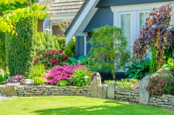Here are some great curb appeal landscape ideas that are easy. No need to bust your back to make your home attractive to those driving by. My list of lists offers easy landscape ideas to be the house on the street with beautiful landscape. Take a look!